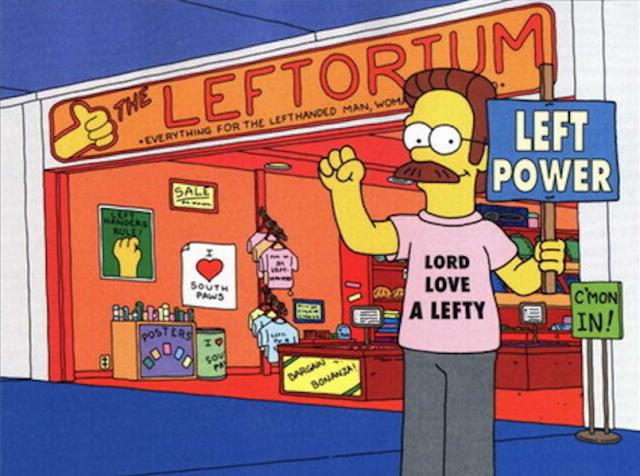 """Ned Flanders posa fiero davanti al suo negozio, il """"Leftorium"""" (tradotto come """"Sinistrorium"""" nella versione italiana)"""