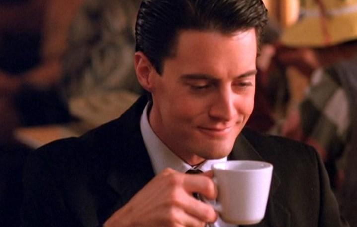 """Dale Cooper mentre beve una tazza di """"ottimo caffè nero"""""""
