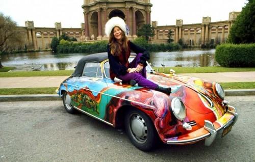 Janis Joplin e la sua Porsche. Foto via Facebook