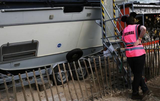 Uno steward davanti all'ingresso di Dismaland - Foto di Federico Geremei