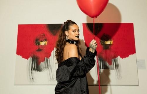 """Rihanna durante la presentazione della cover del suo nuovo album """"ANTI"""". Foto Facebook"""