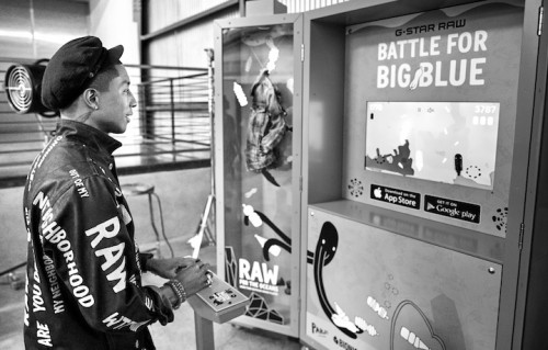 "Pharrell mentre gioca a ""Battle For Big Blue"""