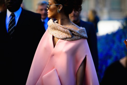 Rihanna in Dior durante l'ultima fashion week di Parigi