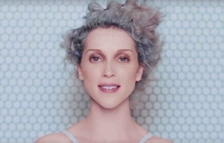 "St.Vincent in una scena di ""Birth In Reverse"""