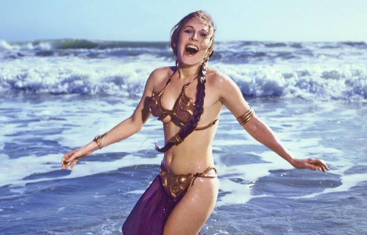 Carrie Fisher, ovvero la Principessa Leia, nel servizio fotografico per la copertina del Rolling Stone USA del luglio/agosto 1983. Foto: Aaron Rapoport
