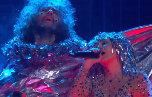 Un frame dell'esibizione dei Flaming Lips e Miley Cyrus del 2015