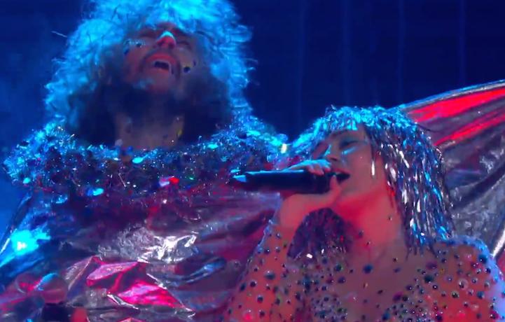 Un frame dell'esibizione dei Flaming Lips e Miley Cyrus del 2015