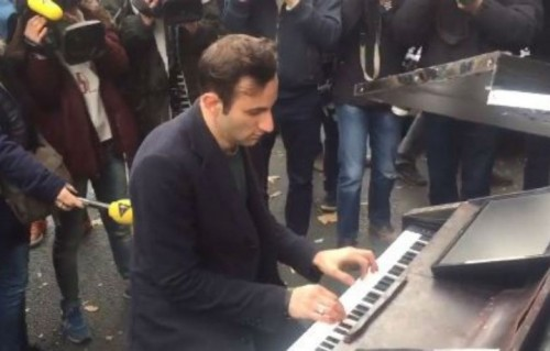"""Il pianista che ha suonato """"Imagine"""" al Bataclan"""