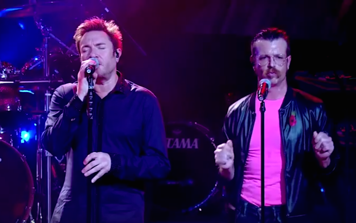 "Duran Duran mentre cantano ""Save a Prayer"" con gli Eagles Of Death Metal"