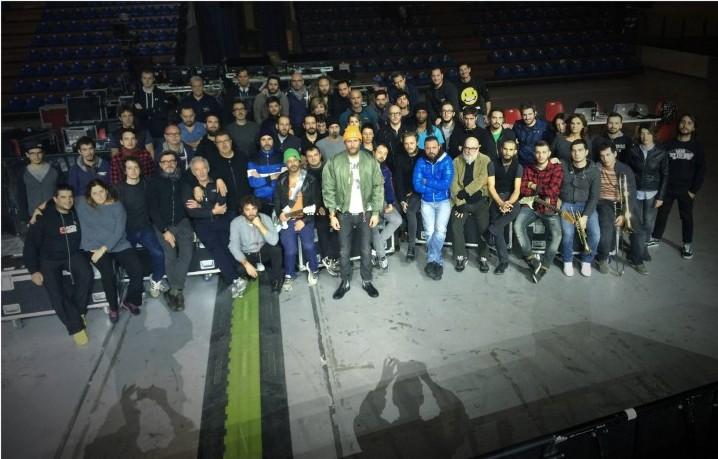 In questa foto Jovanotti, la sua band e alcuni collaboratori in tour, quelli che avrebbero potuto essere al Bataclan a suonare, a lavorare o a sentire qualcuno suonare.