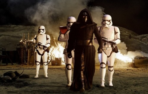 """Kylo Ren (Adam Driver) con gli Stormtroopers nel nuovo """"Star Wars: The Force Awakens"""" - Foto di David James"""