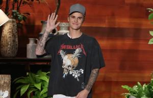 Guarda Justin Bieber cadere rovinosamente dal palco