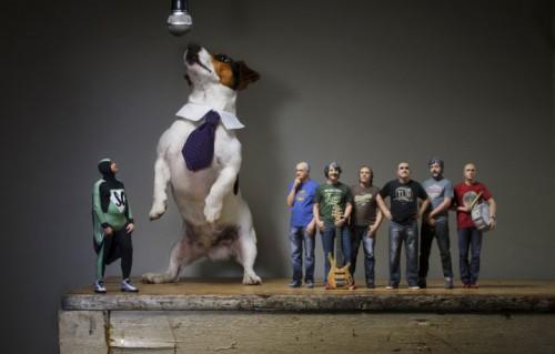 Un gigantesco cane assieme agli Elii. Statuette: Karman&Line 3D Portraits. Foto: Francesco Zucchetti