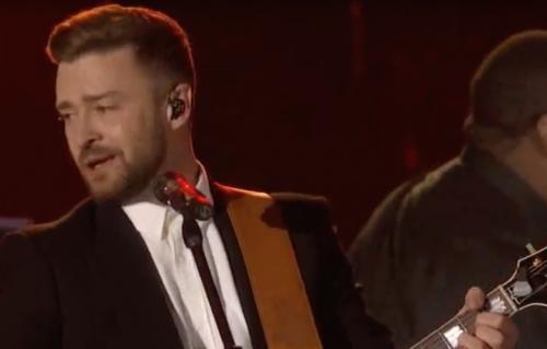 Un frame del video di Justin Timberlake sul palco dei CMA awards