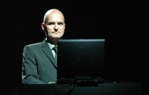 Schneider in un live a Ferrara 2005). Fonte: Wikipedia. Crediti: D. Dalledonne