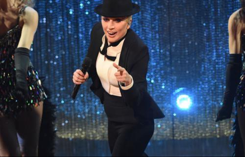 "Lady Gaga sul palco del ""Sinatra 100 Grammy Concert"". Foto: CBS"