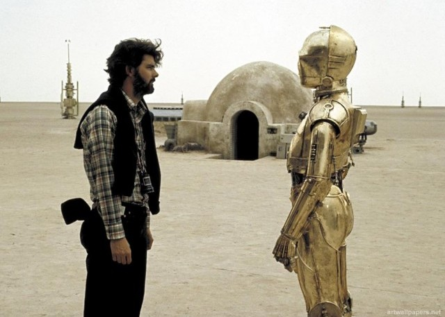 Lucas su Tatooine insieme a C-3PO, interpretato da Anthony Daniels. Il pianeta di Luke Skywalker prende il nome da un villaggio del Sud della Tunisia, set di alcune scene del film