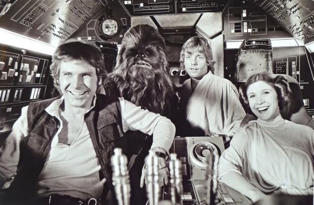Un momento di relax a bordo del Millenium Falcon. Da sinistra, Harrison Ford, Peter Mayher (sotto Chewbecca), Mark Hamill e Carrie Fisher