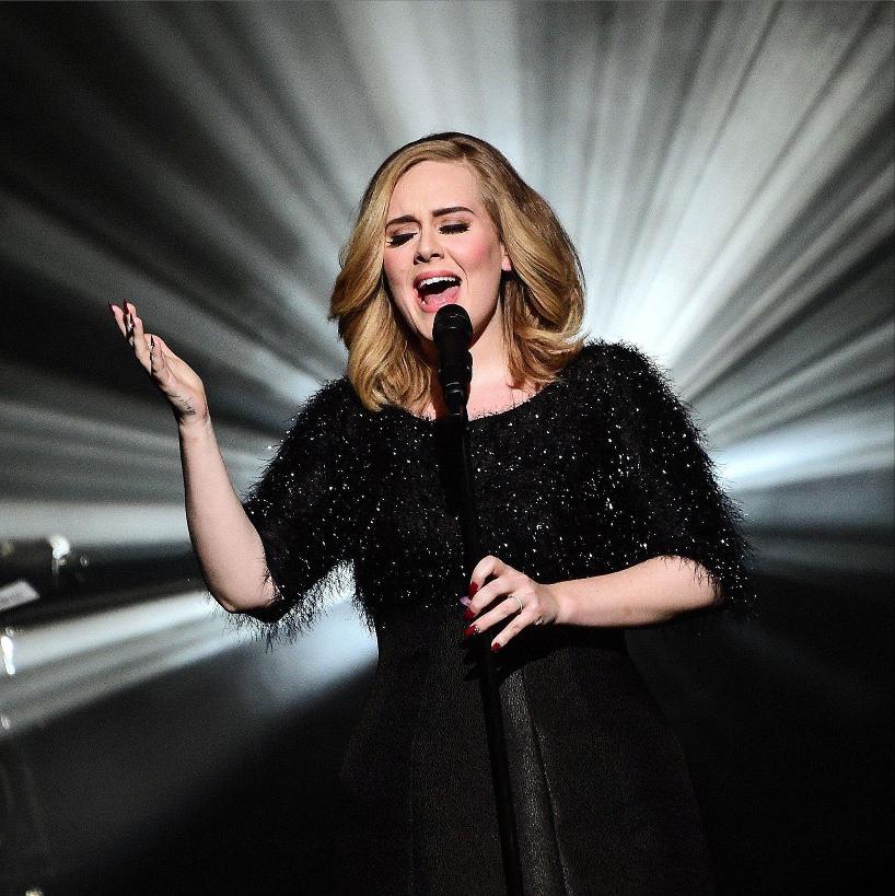 Adele sul palco degli NRJ Music Awards. Abito: Giorgio Armani Privè. Foto: Ghnassia/Sipa/Rex Shutterstock