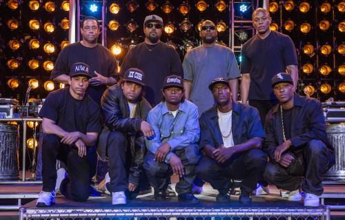 """Un'immagine di backstage da """"Straight Outta Compton"""", i membri degli N.W.A. con gli attori del film"""