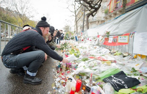 Gli Eagles of Death Metal di fronte al memoriale del Bataclan. Foto David Wolff - Patrick / Getty Images