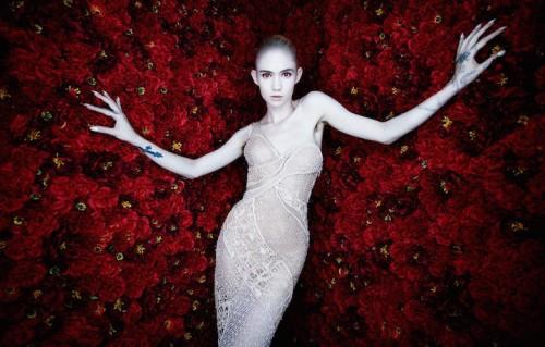 Claire Boucher, cioè Grimes, con ascelle in bella mostra