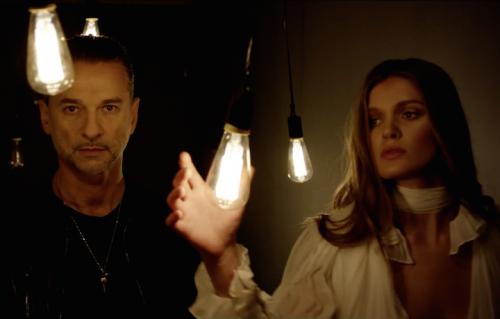 """Un frame del video """"Shine"""""""