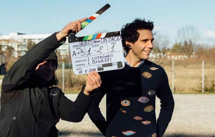 """Mika sul set del videoclip di """"Hurts"""". Foto via Facebook"""