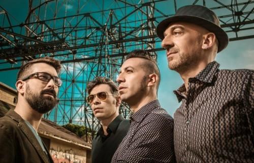 I Perturbazione sono Tommaso Cerasuolo (voce), Rossano Lo Mele (batteria), Cristiano Lo Mele (chitarra) e Alex Baracco (basso)