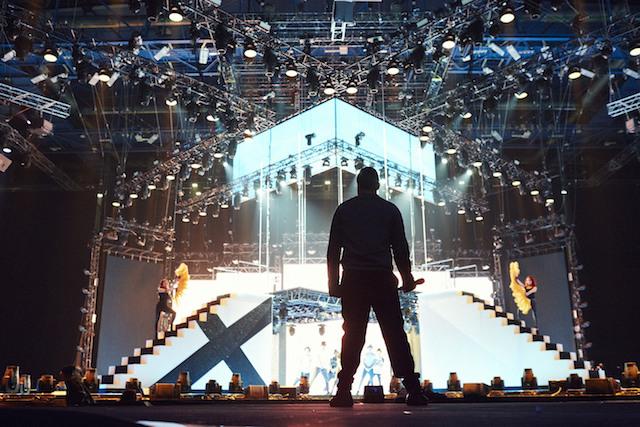 Luca Tommassini al Mediolanum Forum durante le prove della finale di X Factor. Foto di Carlo Furgeri Gilbert