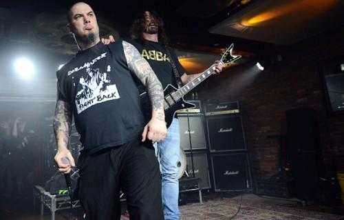Phil Anselmo dei Pantera e Dave Grohl dei Foo Fighters al Dimebash. Foto: Scott Dudelson/Getty Images