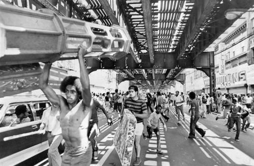 Gli abitanti di Bushwick durante il blackout del 1977. Tyrone Dukes/The New York Times