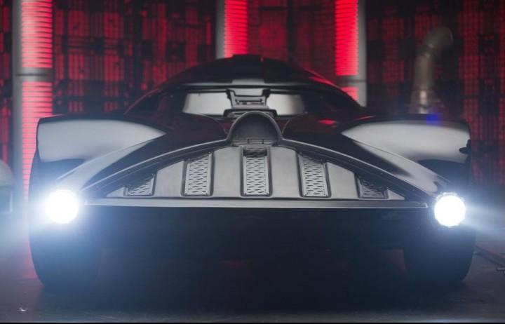 Star Wars, il muso della Darth Car testata dal conduttore americano del Jay Leno's Garage per Hot Wheels