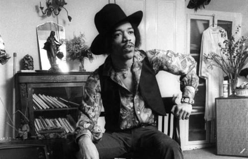 Jimi Hendrix nella sua casa di Brook St., Londra. Via Handelhendrix.com