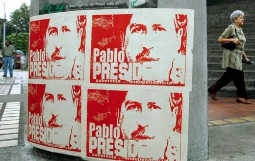 Poster con il ritratto di Pablo Escobar a Medellin. Foto: STR/AFP/Getty Images