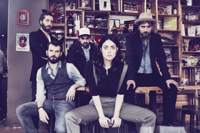 I Santa Margaret sono, da sinistra, Ivo Barbieri, Leonardo Angelicchio, Marco Cucuzzella, Angelica Schiatti e Stefano Verderi (già chitarrista delle Vibrazioni)
