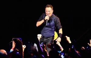Bruce Springsteen sul palco con la E Street Band al Prudential Center di Newark, New Jersey il 31 gennaio scorso - Foto di Paul Zimmerman/Getty