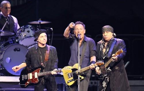 Bruce Springsteen sul palco con Nils Lofgren e Steven Van Zandt al Prudential Center di Newark, New Jersey il 31 gennaio scorso - Foto di Paul Zimmerman/Getty