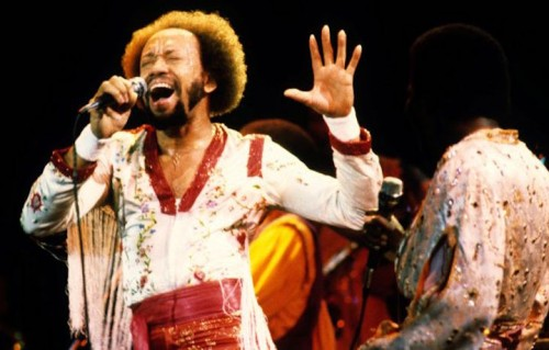 Maurice White durante un'esibizione con gli Earth, Wind & Fire, foto Ed Perlstein/Getty