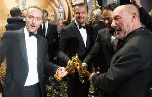 """DiCaprio e lo staff di """"Revenant"""" sul palco degli Oscar. Foto: Todd Wawrychuk / ©A.M.P.A.S."""