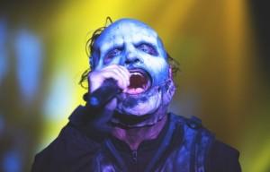 Corey Taylor rompe il cellulare di un fan distratto durante un concerto degli Slipknot