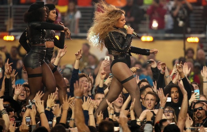 Beyonce durante l'Halftime Show del SuperBowl (Photo by Christopher Polk/Getty Images)