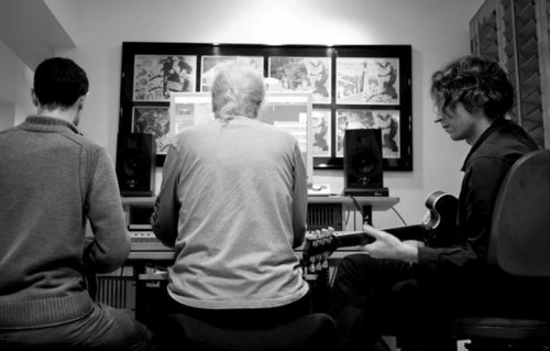 "John Carpenter al lavoro per ""Lost Themes"" con Cody Carpenter e Daniel Davies . Foto di Sophie Gransard via Facebook"