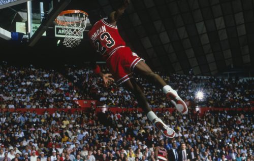 Michael Jordan in volo con la maglia dei Chicago Bulls, foto di Walter Iooss Jr. Focus on Sport/Getty Image