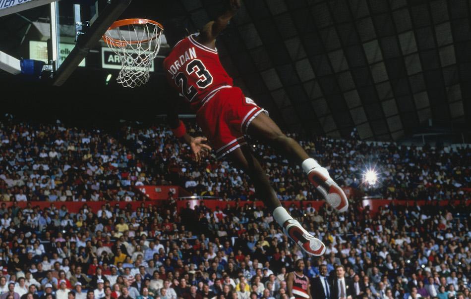 Michael Jordan in volo con la maglia dei Chicago Bulls, foto di Walter Iooss Jr. Focus on Sport/Getty Image