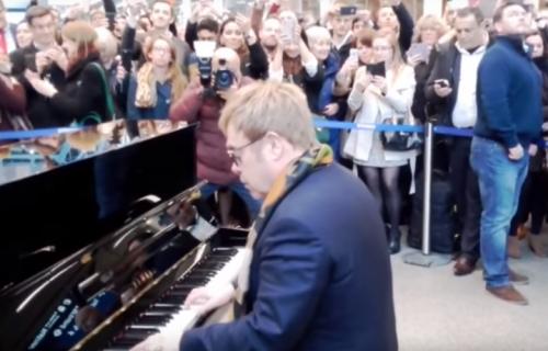 Elton John durante la sua performance nella stazione di St. Pancras a Londra