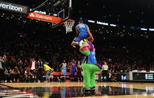 Aaron Gordon passa sopra la mascot dei Magic, Stuff. Foto: Elsa/Getty Images