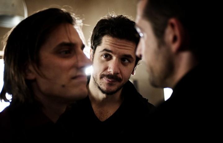 Una foto del backstage con Mainetti tra Luca Marinelli e Claudio Santamaria. Foto: Emanuela Scarpa