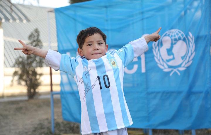 Murtaza Ahmadi con la sua nuova maglietta. Foto: Unicef