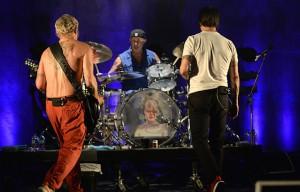 Sulla batteria di Chad Smith un omaggio a Bowie. Foto: Scott Dudelson/WireImage